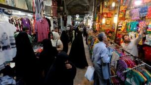 إيرانيون يتسوقون في البازار الكبير في طهران، 11 يوليو 2016 (ATTA KENARE / AFP)