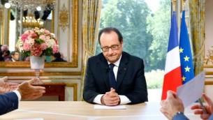 الرئيس الفرنسي فرانسوا هولاند خلال مقابلة تلفزيونية بعد مسيرة العيد الوطني في باريس، 14 يوليو 2016 (FRANCOIS MORI / POOL / AFP)