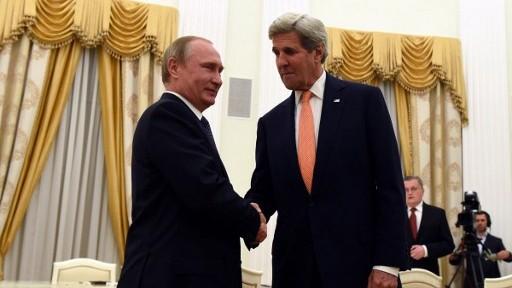 وزير الخارجية الامريكي جون كيري يصافح الرئيس الروسي فلاديمير بوتين قبل لقائهما في الكرملين، موسكو، 14 يوليو 2016 (VASILY MAXIMOV / AFP)