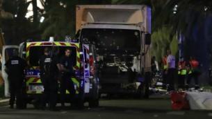 عناصر شرطة وطواقم انقاذ بالقرب من الشاحنة التي دهست حشد من المحتفلين في نيس، 14 يوليو 2016 (Valery Hache/AFP)
