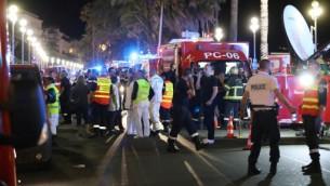 عناصر شرطة، طواقم انقاذ واطفاء بالقرب من ساحة هجوم دهس في نيس، جنوب فرنسا،  14 يوليو 2016 (Valery Hache/AFP)