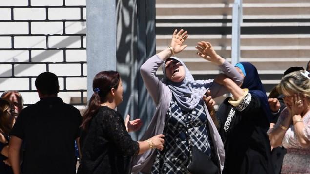 رد فعل سيدة بعد إبلاغها  بمقتل حفيدها في الوقت الذي ما زالت فيه تبحث عن ابنتها في مستشفى 'باستور' في نيس، 16 يوليو، 2016. (AFP PHOTO / ANNE-CHRISTINE POUJOULAT)