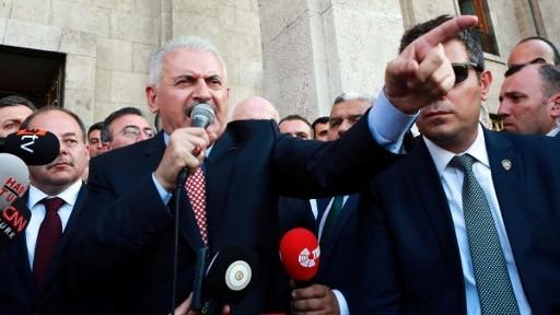 رئيس الوزلراء التركي بن علي يلدريم (في الوسط) يتحدث إلى الجمهور بعد لقاء مع رئيس البرلمان التركي في مجلس الأمة التركي الكبير في أنقرة، 16 يوليو، 2016 في أعقاب محاولة إنقلاب عسكري فاشلة. (AFP PHOTO / ADEM ALTAN)