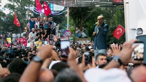 الرئيس التركي رجب طيب أردوغان يلقي بخطاب أمام الحشود خلال تجمع بالقرب من منزله في إسطنبول، 16 يوليو، 2016. (AFP Photo/Gurcan Ozturk)