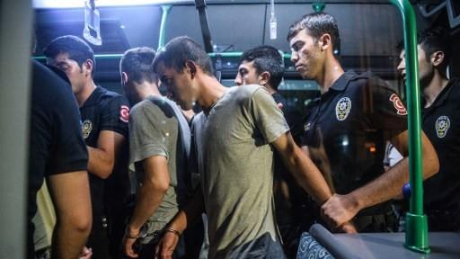 عناصر من شرطة مكافحة الشغب التركية يقتادون جنودا أتراك متهمين بالمشاركة في محاولة إنقلاب عسكرية خلال مغادرتهم لقاعة المحكمة في منطقة بكر كوي في إسطنبول، 16 يوليو، 2016. ( AFP PHOTO / OZAN KOSE)