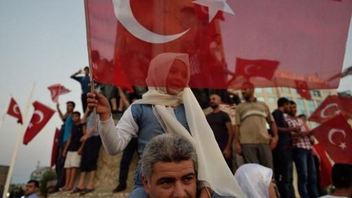 طفلة تلوح بالعلم التركي في إسطنبول في 16 يوليو، 2016 خلال تظاهرة مؤيدة للرئيس التركي رجب طيب أردوغان في أعقاب محاولة إنقلاب عسكري فاشلة. (AFP PHOTO / DANIEL MIHAILESCU)