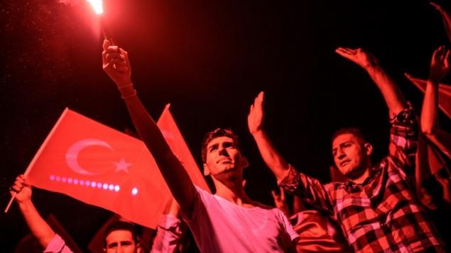 متظاهرون يجتمعون في ساحة تقسيم لمظاهرة دعم للحكومة التركية بعد محاولة الانقلاب الفاشلة، 17 يوليو 2016 (AFP PHOTO / OZAN KOSE)