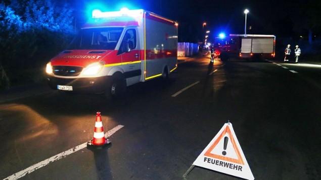 طواقم الإسعاف تصل إلى طريق بالقرب من سكة الحديد في فورتسبورغ جنوب ألمانيا في 18 يوليو، 2016 بعد أن قام شاب بمهاجمة ركاب قطار بواسطة فأس. (AFP PHOTO / dpa / Karl-Josef Hildenbrand)