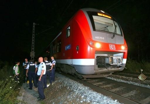 رجال شرطة يقفون إلى جانب قطار محلي في في فورتسبورغ جنوب ألمانيا في 18 يوليو، 2016 بعد أن قام شاب بمهاجمة ركاب قطار بواسطة فأس. (AFP PHOTO / dpa / Karl-Josef Hildenbrand)