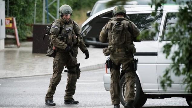 الشرطة الالمانية في موقع هجوم اطلاق نار في مركز مدينة ميونيخ، 22 يوليو 2016 (AFP PHOTO/STR)