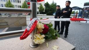 شرطيان يقفان عند مدخل محطة المترو بالقرب من مركز 'أولمبيا' التجاري في ميونيخ في 23 يوليو، 2016 بعد يوم واحد من قيام مسلح بتنفيذ هجوم إطلاق نار في المركز التجاري المزدحم، ما أسفر عن مقتل 9 أشخاص.  (AFP PHOTO/DPA/Karl-Josef Hildenbrand)