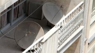 اطلباق التقاط للبث التلفزيوني بالاقمار الاصطناعية في طهران، 24 يوليو 2016 (ATTA KENARE / AFP)