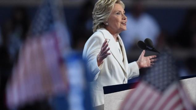 المرشحة الديمقراطية للرئاسة هيلاري كلينتون تلقي بكلمة خلال اليوم الرابع والأخير من المؤتمر العام للحزب الديمقراطي في 28 يوليو، 2016 في فيلادلفيا بولاية بنسيلفانيا. (AFP PHOTO / Timothy A. CLARY)