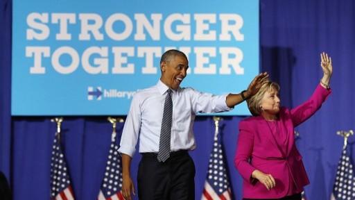الرئيس الاميركي باراك أوباما والمرشحة الديموقراطية الى الانتخابات الرئاسية هيلاري كلينتون في شارلوت بولاية كارولاينا الشمالية، 5 يوليو 2016 (Justin Sullivan/Getty Images/AFP)