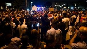 متظاهرون يتجمعون في المفرق الذي قتل فيه فيلاندو كاستيلي في فالكون هايتس في مينيسوتا، 7 يوليو 2016 (Stephen Maturen/Getty Images/AFP)