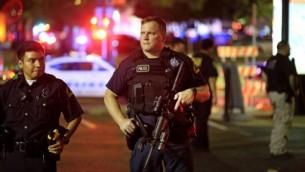 عناصر شرطة دالاس يحرسون بالقرب من موقع مقتل 4 شرطيين بنيران قناص، 7 يوليو 2016 (Ron Jenkins/Getty Images/AFP)