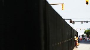 شرطي يحرس في مركز كليفلاند، حيث تم نصب جدران امنية وتم اغلاق الشوارع تجهيزا للمؤتمر العام للحزب الجمهوري، 17 يوليو 2016 (Spencer Platt/Getty Images/AFP)