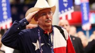 مندوب من تكساس يضع قيعة رعاة القر خلال اليوم الأول من المؤتمر العام للحزب الجمهوري في 18 يوليو، 2016 في 'وكين لونز أرينا' في كليفلاند، أهايو. ( John Moore/Getty Images/AFP)