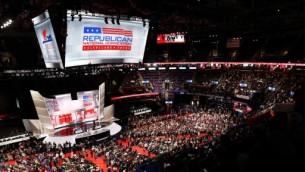 المندوبون يحتشدون في القاعة في اليوم الأول من المؤتمر العام للحزب الجمهوري في 18 يوليو، 2016 في 'كوين لونز أرينا' في كليفلاند، أوهايو. (   John Moore/Getty Images/AFP)