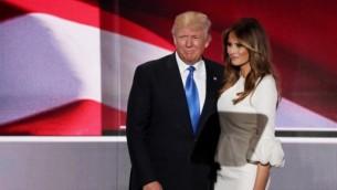 المرشح الرئاسي المفترض للحزب الجهوري دونالد ترامب يقف إلى جاتب زوجته ميلانيا بعد إلقائها بخطاب في اليوم الأول من المؤتمر العام للحزب الجمهوري، 18 يوليو، 2016 في 'كوين لونز أرينا' في كليفلاند، أوهايو. (Alex Wong/Getty Images/AFP)