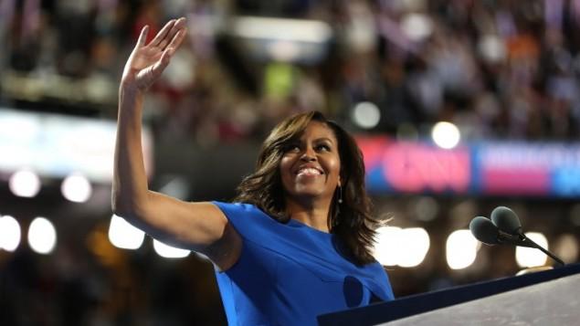 السيدة الأولى ميشيل أوباما تحيي الجمهور بعد إلقاء كلمتها في اليوم الأول من المؤتمر العام للحزب الديمقراطي في 'مركز ويلس فارغو'، 25 يوليو، 2016 في فيلادلفيا، بنسلفانيا. (Joe Raedle/Getty Images/AFP)
