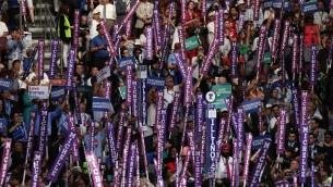 مندوبون وحضور يهتفون خلال خطاب السيدة الأولى ميشيل أوباما في اليوم الأول من المؤتمر العام للحزب الديمقراطي في مركز 'ويلس فارغو'، 25 يوليو، 2016. (Alex Wong/Getty Images/AFP)