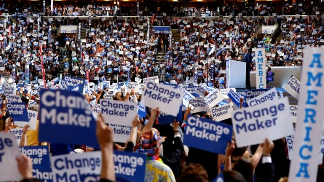 المندوبون يقفون ويهتفون في اليوم الثاني للمؤتمر العام للحزب الديمقراطي في 'مركز ويلس فارغو'، 26 يوليو، 2016 في فيلادلفيا، بنسيلفانيا. (Aaron P. Bernstein/Getty Images/AFP)