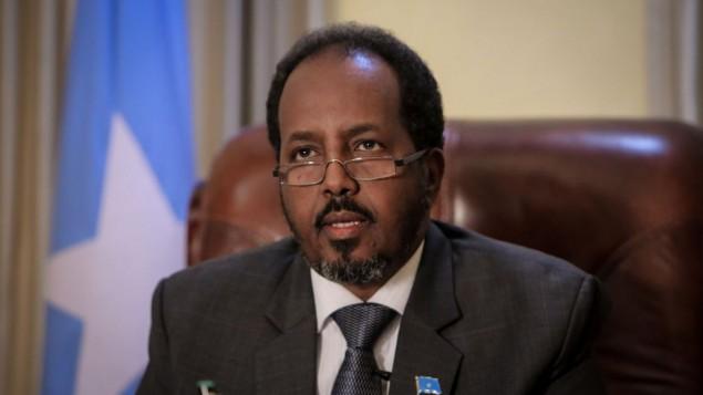 الرئيس الصومالي حسن شيخ محمود في مكتبه الرئاسي في فيلا صوماليا، مقديشو (AU-UN IST PHOTO / STUART PRICE / Wikipedia)