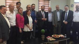 الجنرال السعودي السابق د. أنور عشقي (وسط الصورة، مع ربطة العنق المخططة) وأعضاء آخرين في وفده، في لقاء مع أعضاء كنيست وشخصيات أخرى خلال زيارة إلى إسرائيل في 22 يوليو، 2016. (via twitter)