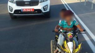 طفلان أوقفتهما الشرطة على طريق رقم 60 السريع، 25 يوليو، 2016. (الشرطة الإسرائيلية)