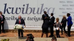 رئيس الوزراء بينيامين نتنياهو يضع إكليلا من الزهور على النصب التذكاري لضحايا الإبادة الجماعية في رواندا في كيغالي،16 يوليو، 2016. (Raphael Ahren/Times of Israel)