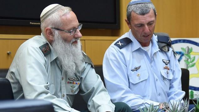 الحاخام الكولونيل إيال كريم (من اليسار)، المرشح لمنصب الحاخام الأكبر للجيش، يجلس إلى جانب سلفه العميد رافي بيرتس، 21 أبريل، 2016. (Diana Khananashvili/Defense Ministry)