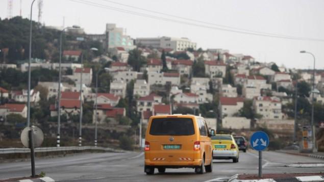 صورة توضيحية: سيارتان فلسطينيتان بالقرب من مستوطنة افرات في الضفة الغربية، 24 نوفمبر 2009 (Nati Shohat/Flash90)