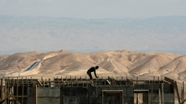 عامل بناء في مستوطنة معاليه ادوميم في الضفة الغربية، مارس 2011 (Kobi Gideon/Flash90)