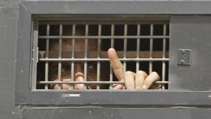 صورة توضيحية لأسير فلسطيني في السجن الإسرائيلي، أكتوبر 2011. (Tsafrir Abayov/Flash90)