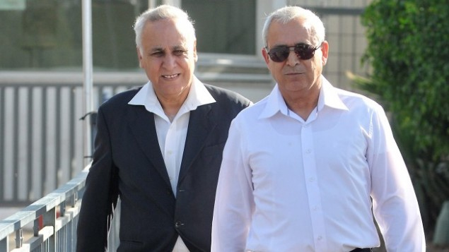 الرئيس السابق موشيه كتساف يغادر السجن لأول زيارة منزلية، مايو 2012 (Yossi Zeliger/Flash90)