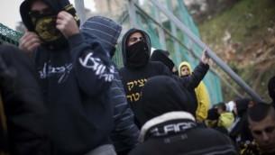 مشجعو 'بيتار القدس' يحتجون على قرار لضم اللاعبين المسلمين الشيشانيين زاور سدايف وغبريئيل كدايف، 1 فبراير، 2013. (Yonatan Sindel/Flash90)