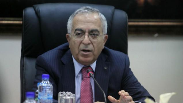 رئيس الوزراء الفلسطيني السابق سلام فياض، يرأس جلسة للحكومة في مدينة رام الله، خلال الفترة التي كان ما يزال فيها رئيسا للوزراء، 16 أبريل، 2013. (Issam Rimawi/FLASH90)