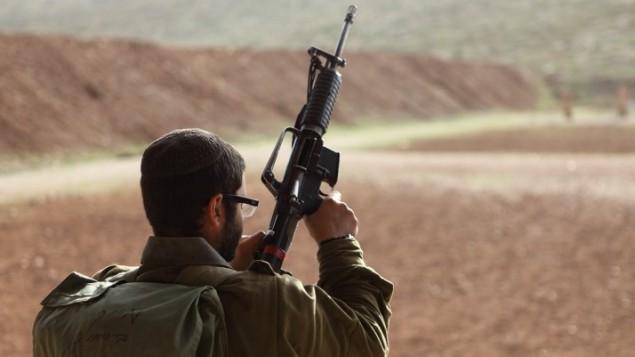 صورة توضيحية لجندي اسرائيلي يحمل سلاحه (Yaakov Naumi/Flash90)