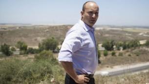 نفتالي بينيت على الحدود الإسرائيلية مع غزة، في اليوم الثاني من عملية 'الجرف الصامد'، 9 يوليو، 2014. (Yonatan Sindel/Flash90)