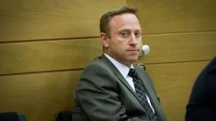 """آري هارو، الرئيس السابق لطاقم ديوان رئيس الوزراء بينيامين نتنياهو، في اجتماع لحزب """"الليكود"""" في البرلمان الإسرائيلي، 24 نوفمبر، 2014. (Miriam Alster/Flash90)"""