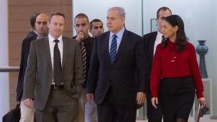 """رئيس الوزراء بينيامين نتنياهو برفقة رئيس طاقمة طاقمة السابق آري هارو ومستشارته البرلمانية السابقة بيراح ليرنر عند وصوله إلى إجتماع فصيل """"الليكود"""" في الكنيست الإسرائيلي، 24 نوفمبر، 2014. (Miriam Alster/Flash90)"""