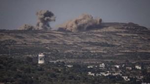 انفجارات من المعارك في سوريا كما تظهر من على الجانب الإسرائيلي للحدود في هضبة الجولان، 16 يونيو، 2015. (Basel Awidat/Flash90)