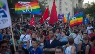 المشاركون في موكب الفخر السنوي في القدس، 30 يوليو، 2015، قبل هجوم الطعن الدامي. (Miriam Alster/FLASH90)