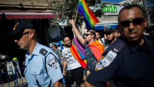 مثليين محاطون بالمئات من عناصر الشرطة خلال موكب الفخر في شارع يافا في القدس، 13 اغسطس 2015 (Yonatan Sindel/Flash90).