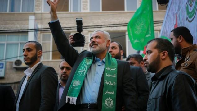 نائب رئيس المكتب السياسي لحركة حماس، اسماعيل هنية، يحيي الجماهير خلال مشاركته في مسيرة بمناسبة الذكرى ال28 لتأسيس الحركة، في مدينة غزة، 14 ديسمبر، 2015. (Emad Nassar/Flash90)