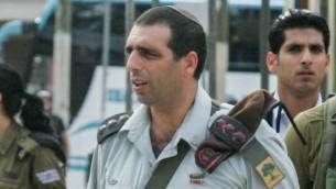 الجنرال اوفيك بوخاريس خلال زيارة لقاعدة تل هاشومير العسكرية، 22 نوفمبر 2010 (Flash90)