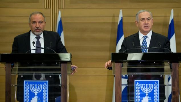 رئيس الوزراء بنيامين نتنياهو ووزير الدفاع افيغادور ليبرمان خلال مؤتمر صحفي مشترك، 30 مايو 2016 (Yonatan Sindel/Flash90)