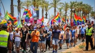 مئات المشاركين في موكب الفخر السنوي للمثليين في مدينة أشدود، 17 يونيو، 2016. (Flash90)