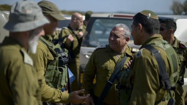 رئيس هيئة الأركان العامة للجيش الإسرائيلي، اللفتنانت جنرال غادي آيزنكوت، في زيارة للجنود خلال تدريبات عسكرية، 22 يونيو، 2016. (Yahav Trudler/IDF Spokesperson/Flash90)